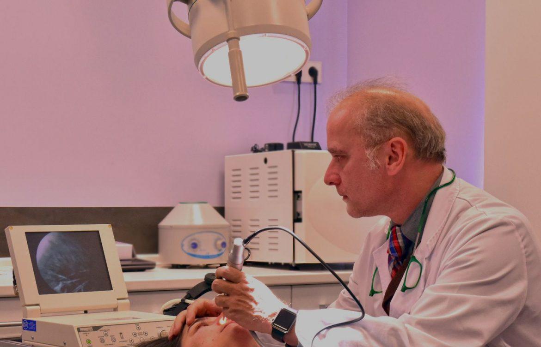 El Dr Juan Monreal trabaja en una ecografía en su consulta del Centro de Cirugía Estética en Madrid
