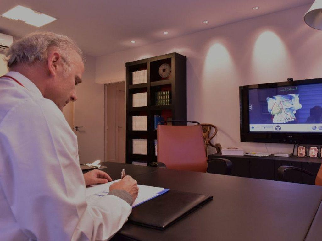 Despacho consulta médica del Dr Juan Monreal · Estudio de Rinoplastia · Centro de Cirugía Estética en Madrid - Slider Laptop