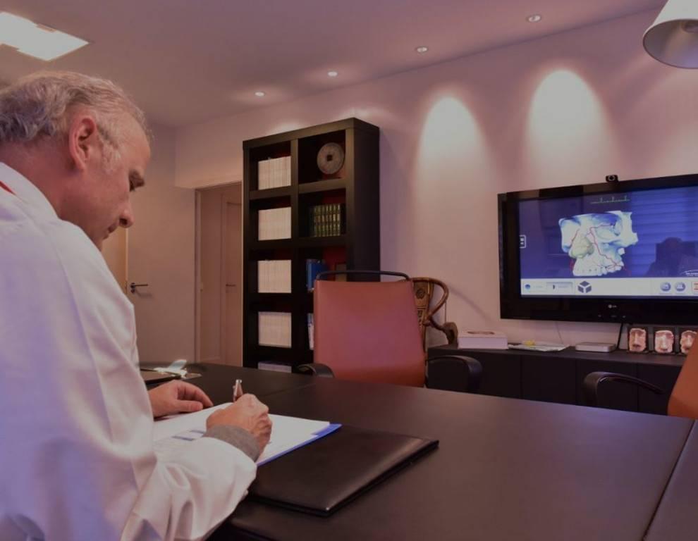 Despacho consulta médica del Dr Juan Monreal · Estudio de Rinoplastia · Centro de Cirugía Estética en Madrid - Slider Netbook